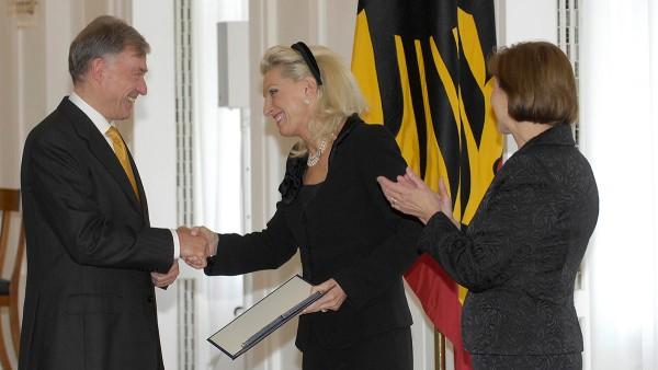 Bundespräsident Horst Köhler verleiht das Verdienstkreuz 1. Klasse des Verdienstordens der Bundesrepublik Deutschland an Maria-Elisabeth Schaeffler.