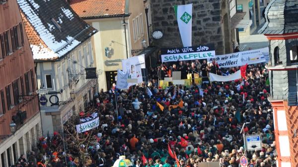 Schaeffler-Mitarbeiter demonstrieren u. a. in Herzogenaurach für ihr Unternehmen. Rund 8.000 Menschen gehen auf die Straße.