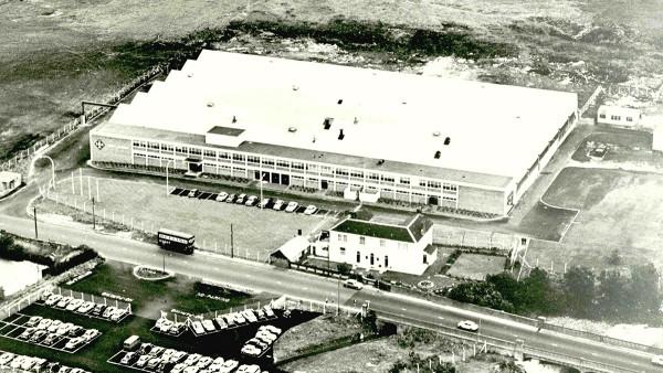 Erstes INA-Auslandswerk: In Llanelli, Großbritannien, beginnt mit sechs Mitarbeitern die Produktion von Nadelrollen.