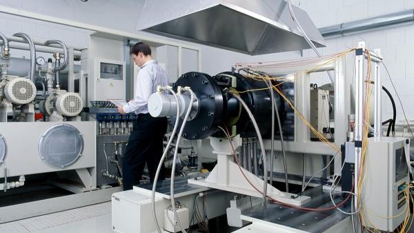 Unsere Serviceleistungen umfassen neben der Entwicklung und Herstellung der beschriebenen Produkte auch die Durchführung von Prüfstandsversuchen und -Vorerprobungen sowie die Diagnose und Wiederinstandsetzung hochwertiger Lagerungen.