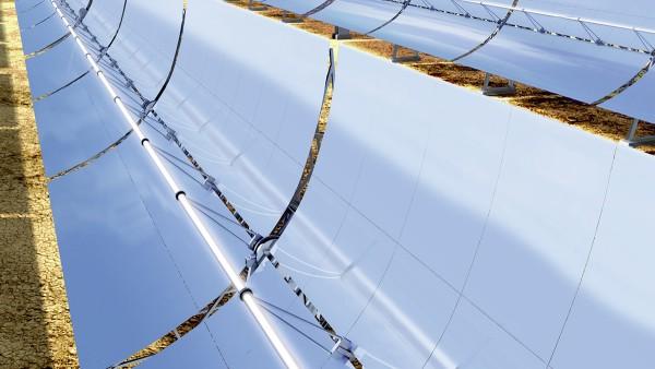 Zu solarthermischen Anlagen zählen unter anderem Parabolrinnen-Kraftwerke.