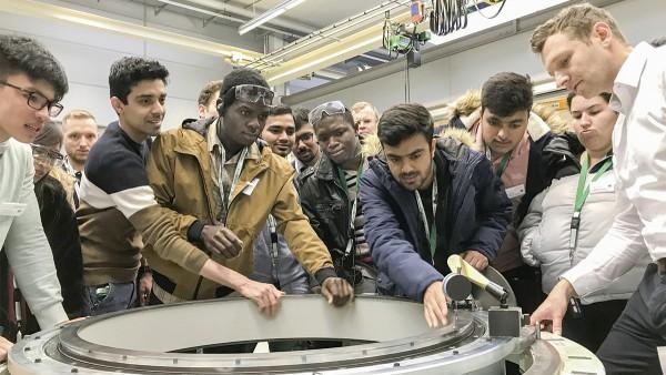 Studenten und Schülerinnen informieren sich bei Schaeffler