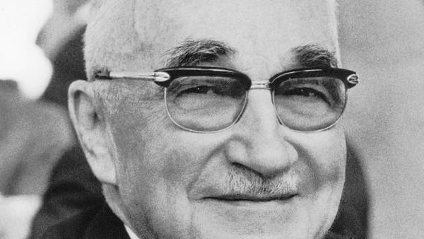 Dr. Georg Schäfer stirbt am 27. Januar. Dr. Georg Schäfer, geboren am 7. August 1896 war seit 1922 Gesellschafter.