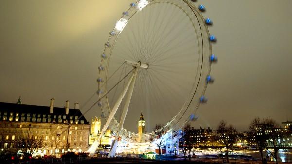 Das Millennium Wheel – auch London Eye genannt – das größte und schwerste Riesenrad der Welt wird in Betrieb genommen.