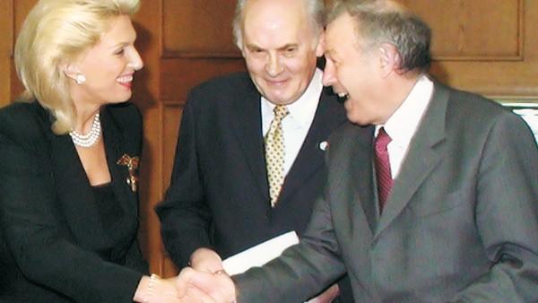 Maria-Elisabeth Schaeffler erhält das Verdienstkreuz am Bande des Verdienstordens der Bundesrepublik Deutschland.