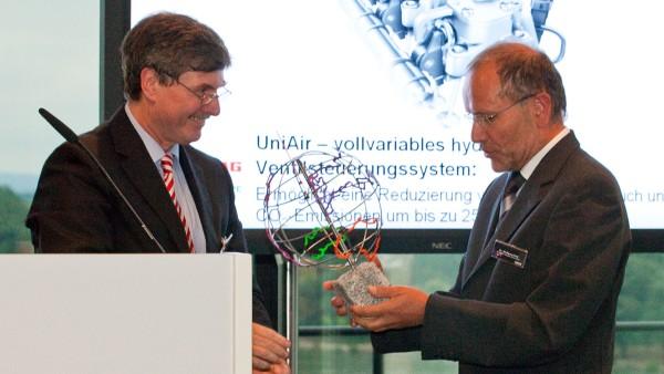 Öko-Globe für die Produktinnovation UniAir, die weltweit erste vollvariable elektrohydraulische Ventilsteuerung. Der Preis wird jährlich für die umweltfreundlichsten Innovationen im Bereich des Automobils vergeben.