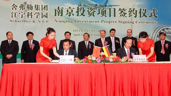 Erweiterungen in Asien: In Savli, Indien, wird der Grundstein für ein neues FAG-Werk gelegt und in Nanjing, China, wird eine neue Produktionsstätte gebaut.